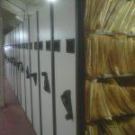 Una imagen poco conocida. Los armarios móviles que se instalaron en el subsuelo del Pabellón II, debajo del Aula Magna, para ubicar la siempre creciente cantidad de expedientes.