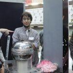 En la Semana de la Física 2013, nuevamente con la remera y mostrando el funcionamiento del generador de Van de Graff. Después, a pedido de los alumnos, usaría la peluca rosa para la foto grupal.